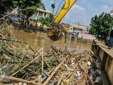 Sampah memenuhi aliran sungai di jembatan Kampung Melayu, Jatinegara, Jakarta Timur, Minggu (3/4/2016). Pembongkaran jembatan Rawajati Kalibata berimbas menumpukannya sampah di jembatan Kampung Melayu. (Liputan6.com/Yoppy Renato)
