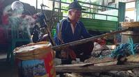 Faizan dengan alat sederhana bisa membuat cairan disinfektan dari bahan dasar tempurung kelapa. (foto: Siti Hardiani)