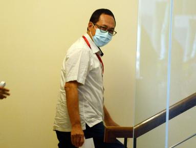 Manajer Penjualan Aircraft Service Wilayah Domestik PT Dirgantara Indonesia, Kemal Hidayanto menaiki anak tangga menuju ruang pemeriksaan di Gedung KPK, Jakarta, Rabu (17/06/2020). (merdeka.com/Dwi Narwoko)