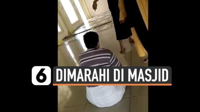 Seorang warga dimarahi saat beribadah pakai masker di salah satu masjid di wilayah Bekasi. Rekaman viral ini viral di media sosial dan telah ditangani polisi setempat.