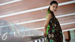 Mengenakan dres coklat bermotif bunga, Olga Lidya terlihat cantik mempesona, Tangerang, Selasa, (28/7/2015). Diakui Olga, menjaga berat badan bukan lagi keinginan dalam diri, tapi sudah menjadi kewajiban (Liputan6.com/Faisal R Syam)