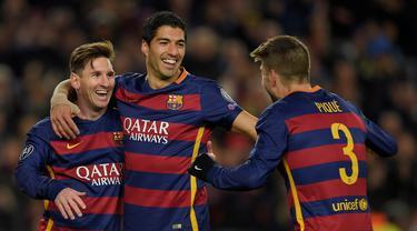 Tiga pencetak gol Barcelona, Lionel Messi, Luis Suarez dan Gerard Pique, merayakan kemenangan atas AS Roma dalam laga Grup E Liga Champions di Stadion Camp Nou, Barcelona, Rabu (25/11/2015) dini hari WIB. (AFP Photo/Lluis Gene)