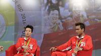 Peraih medali emas bulutangkis Olimpiade Rio 2016, Liliyana Natsir dan Tontowi Ahmad (kanan), saat hadir dalam acara Liputan 6 SCTV di Studio SCTV, SCTV Tower, Jakarta, Kamis (25/8/2016). (Bola.com/Arief Bagus)