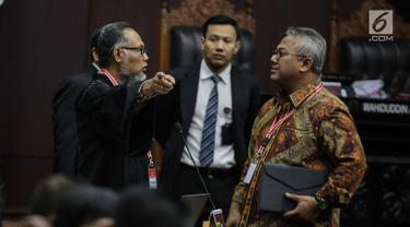 Ketua KPU Arief Budiman (kanan) berbincang dengan pemohon Ketua Tim Hukum Prabowo-Sandiaga, Bambang Widjojanto sebelum sidang sengketa Pilpres 2019 di Gedung MK, Jakarta, Selasa (18/6/2019). Sidang beragendakan mendengarkan jawaban dari termohon. (Liputan6.com/Faizal Fanani)