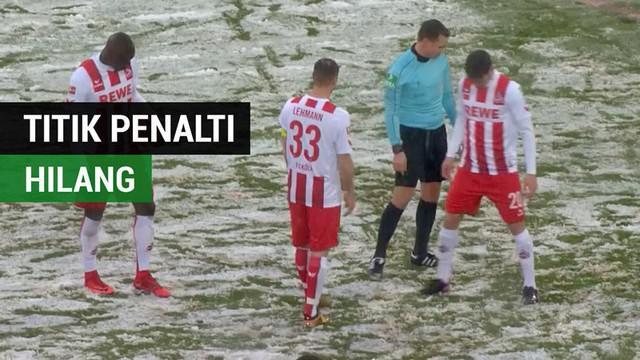 Berita video momen lucu ketika laga Bundesliga, Koln vs Freiburg, sempat tertunda karena titik penalti yang hilang. Seperti apa insidennya?