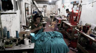 Pekerja menyelesaikan jahitan pesanan pelanggan di kawasan Tambora, Jakarta, Kamis (5/9/2019). Industri tekstil dan produk tekstil (TPT) semakin tertekan akibat gempuran produk impor dari China. (merdeka.com/Iqbal Nugroho)