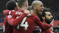 Para pemain Liverpool merayakan gol yang dicetak oleh Mohamed Salah ke 2za gawang Chelsea pada laga Premier League di Stadion Anfield, Minggu (14/4). Liverpool menang 2-0 atas Chelsea. (AP/Rui Vieira)