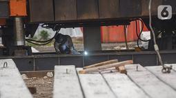 Pekerja menyelesaikan pembangunan Kampung Susun Akuarium di kawasan Penjaringan, Jakarta Utara,  Kamis (07/02/2021). Pembangunan kampung susun 5 tingkat ini akan menampung 241 unit hunian untuk keluarga korban penggusuran. (Liputan6.com/Fery Pradolo)