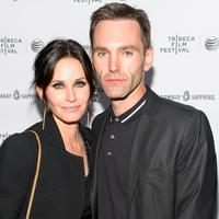 Courteney Cox dan Johnny McDaid (via usmagazine.com)