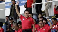 Ketua Umum PSSI, Mochamad Iriawan, melambaikan tangan saat menonton Timnas Indonesia U-22 melawan Thailand pada SEA Games 2019 di Stadion Rizal Memorial, Manila, Selasa (26/11). Indonesia menang 2-0 atas Thailand. (Bola.com/M Iqbal Ichsan)