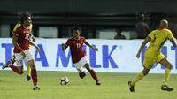Gelandang Indonesia, Febri Haryadi, berusaha melewati pemain Guyana di Stadion Patriot, Bekasi, Sabtu (25/11/2017). Indonesia menang 2-1 atas Guyana. (Bola.com/M Iqbal Ichsan)