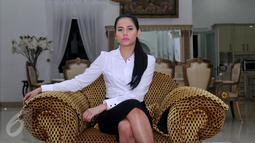 Yunita Siregar mengenakan pakaian `kebesarannya` berupa kemeja putih dan rok hitam, dalam Serial Elif Indonesia, Jakarta, Minggu (7/2/2016). Yunita mengaku  sempat ragu saat diminta memerankan Iis di Elif Indonesia. (Liputan6.com/Gempur M Surya)