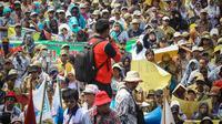Dalam aksinya, ribuan pegawai ini mengenakan seragam PNS warna cokelat dan sebagian lainnya mengenakan seragam PGRI, Jakarta, (15/10/14). (Liputan6.com/Faizal Fanani)