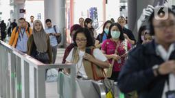 Sejumlah penumpang MRT menggunakan tiket elektronik di Stasiun Bundaran HI, Jakarta, Senin (17/2/2020). Menteri Perhubungan Budi Karya Sumadi mengatakan bahwa hanya 35 persen penduduk Jakarta yang intensif menggunakan transportasi umum. (Liputan6.com/Faizal Fanani)