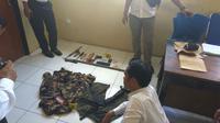 Polres Bima, NTB, menangkap empat terduga berikut sejumlah barang bukti kasus penembakan dua polisi. (Liputan6.com/Hans Bahanan)