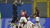 Para pemain AC Milan melakukan selebrasi usai menaklukkan Lazio pada laga Liga Italia di Stadion San Siro, Rabu (23/12/2020). AC Milan menang dengan skor 3-2. (AP/Luca Bruno)