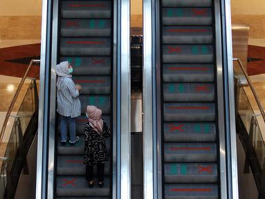Pengunjung mengenakan masker dan menerapkan jaga jarak aman saat naik eskalator di salah satu mal di Jakarta, Senin (16/6/2020). Di tengah pandemi virus corona COVID-19, warga diminta menerapkan protokol kesehatan yang berlaku. (Liputan6.com/Johan Tallo)