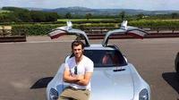 Gareth Bale dengan mobil Mercy-nya (brilio)