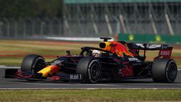 Pembalap Red Bull Max Verstappen mengemudikan mobilnya pada 70th Anniversary Formula 1 Grand Prix di Sirkuit Silverstone, Silverstone, Inggris, Minggu (9/8/2020). Max Verstappen sukses menjadi yang tercepat dalam F1 GP Silverstone 2020. (Will Oliver, Pool Photo via AP)