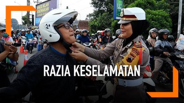 Polres Boyolali bagi-bagi ribuan takjil dan helm gratis kepada para pengendara sepeda motor.