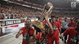 Pemain Persija Jakarta mengangkat Piala Presiden 2018 dihadapan penonton dan suporter usai laga final melawan Bali United di Stadion Utama GBK, Senayan, Jakarta, Sabtu (17/2). Persija menang 3-0 atas Bali United. (Liputan6.com/Arya Manggala)