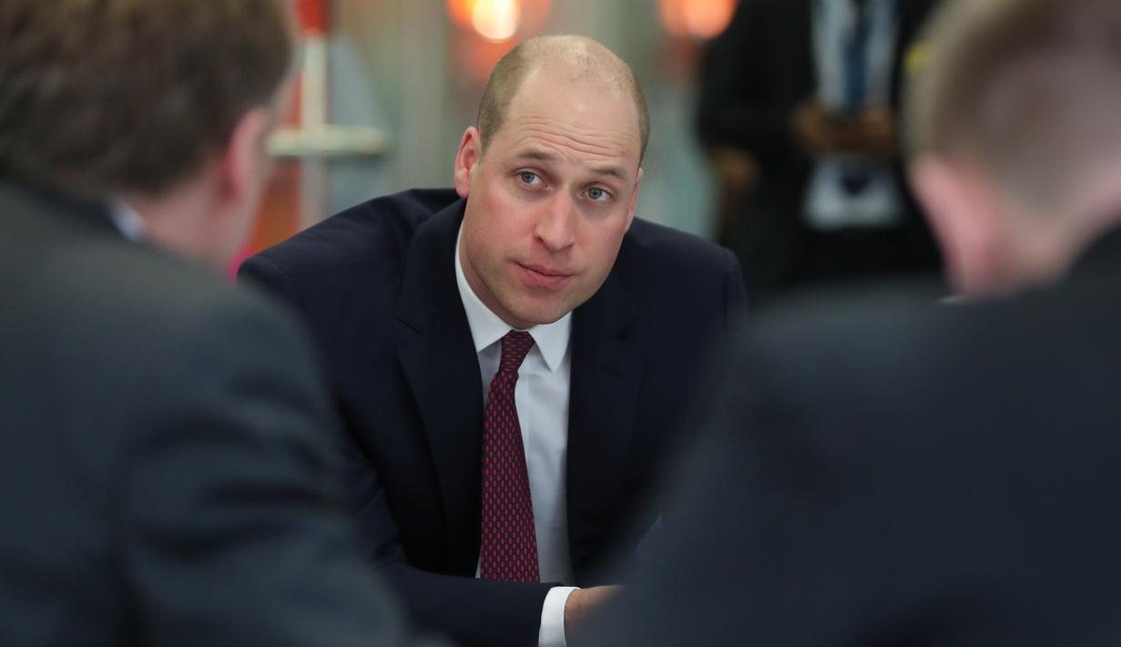 Pangeran William dari Inggris berbincang dengan veteran militer saat mengunjungi para pasien anak-anak di Evelina London Children's Hospital, Kamis (18/1). Pangeran William muncul mencuri perhatian dengan potongan rambut baru (Daniel LEAL-OLIVAS/POOL/AFP)