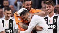 Pemain Juventus, Cristiano Ronaldo, mendapat pelukan dari rekan-rekannya dalam selebrasi raihan scudetto 2018-2019, Minggu (21/4/2019). CR7 tampil impresif sepanjang musim ini.  (AFP / Marco Bertorello)