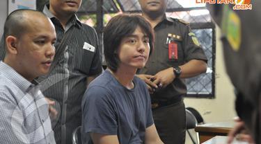 Roger Danuarta beserta barang bukti diserahkan ke Kejaksaan Negeri Jakarta Timur, Senin (14/4/2014) (Liputan6.com/Panji Diksana).