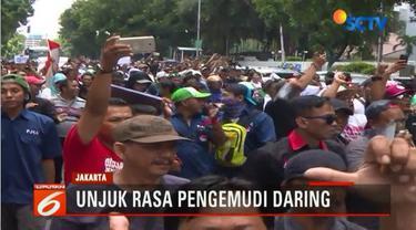 Ribuan pengemudi transportasi daring Senin siang melakukan aksi unjuk rasa di depan KEMENHUB, di Jalan Merdeka Barat, Jakarta Pusat.