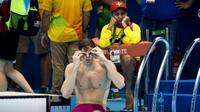 Seorang anggota tim penyelamat mengawasi perenang saat lomba di Olimpiade Rio de Janeiro 2016, Selasa (9/8/2016). (New York Times)