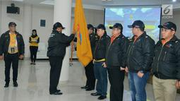 Pengurus pusat secara simbolis menyerahkan bendera saat Launching Perkumpulan Angkutan Daring Indonesia (PADI) di Gedung Inkoppol, Jakarta, Senin (7/1). (Merdeka.com/Iqbal S Nugroho)