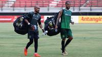 David da Silva dan Alfonsius Kelvan saat menggelar latihan bersama Persebaya Surabaya. (Bola.com/Aditya Wany)