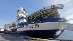 Kapal pemecah es Finlandia MSV Nordica berlabuh di Nuuk, Greenland (29/7). Bersama kapal pemecah es MSV Nordica mereka mengarungi laut sejauh lebih 10.000 kilometer selama 24 hari. (AP Photo/David Goldman)