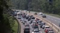 Ribuan kendaraan dari arah Bandung menuju ke Jakarta mengalir tanpa henti sehingga kendaraan berjalan merayap.