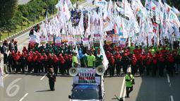 Mobil komando yang digunakan para buruh untuk menyuarakan aspirasinya dalam peringatan May Day di Jalan MH Thamrin, Jakarta, Senin (1/5). Mereka terlihat membawa berbagai macam atribut, seperti ikat kepala, bendera dan spanduk. (Liputan6.com/Johan Tallo)