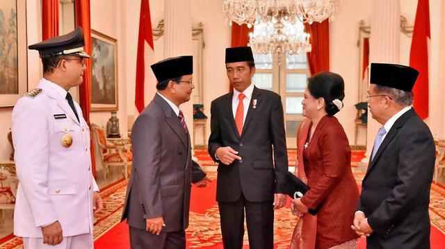 Usai pelantikan Anies-Sandi, Ketua Umum Partai Gerindra Prabowo Subianto berbincang santai satu meja dengan Presiden Jokowi, dan Wakil Presiden Jusuf Kalla. (Liputan6.com/Lizsa Egeham)