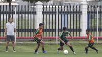 Pemain Timnas Indonesia U-22, Asnawi Mangkualam, menggiring bola saat latihan di Lapangan ABC Senayan, Selasa (5/2). Timnas Indonesia U-22 akan melakukan pertandingan uji coba melawan Bhayangkara FC. (Bola.com/M Iqbal Ichsan)
