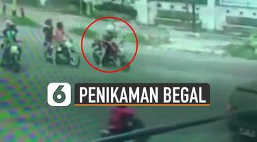 Beredar video cctv seorang pengendara motor dibegal dan ditikam saat berhenti di lampu merah.