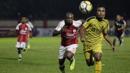 Striker Persipura Jayapura, Boaz Solossa, mengejar bola saat melawan Bhayangkara FC pada laga Liga 1 di Stadion PTIK, Jakarta, Senin (18/11). Bhayangkara menang 2-0 atas Persipura. (Bola.com/Vitalis Yogi Trisna)