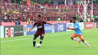 Pemain PSM, Bayu Gatra (kiri) saat laga melawan Perseru di Piala Indonesia 2018 di Stadion Andi Mattalatta Mattoangin, Makassar, Rabu (20/2/2019). (Bola.com/Abdi Satria)