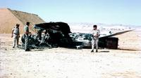 Pasukan Israel memeriksa pesawat Mesir yang menjadi sasaran serangan udara Israel saat Perang Enam Hari 1967 (Wikimedia Commons)