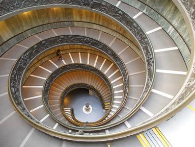Seorang pengunjung berjalan menuruni tangga saat meninggalkan Museum Vatikan di Vatikan, Senin (1/2/2021). Museum Vatikan kembali dibuka untuk pengunjung pada 1 Februari 2021 setelah 88 hari ditutup untuk mencegah penyebaran COVID-19. (AP Photo/Andrew Medichini)