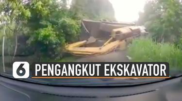 Detik-detik kecelakaan sebuah truk pengangkut ekskavator terekam kamera dashboard mobil.