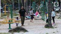 Pengunjung bersama anak-anak menikmati suasana pantai di Taman Impian Jaya Ancol, Jakarta, Kamis (29/10/2020). Libur panjang di masa pemberlakuan PSBB transisi Jakarta dimanfaatkan warga untuk mengunjungi lokasi-lokasi wiisata. (Liputan6.com/Helmi Fithriansyah)