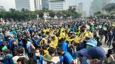 Demo menentang RUU Cipta Kerja di Patung Kuda Arjuna Wijaya, Jalan Medan Merdeka Barat, Jakarta Pusat, Selasa (20/10/2020).