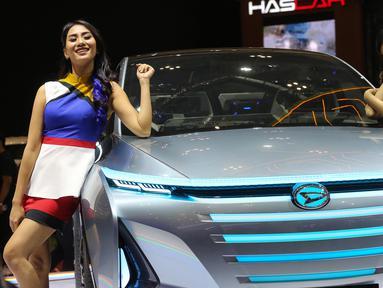 Dua model berpose sambil tersenyum di samping mobil Daihatsu pada pameran GAIKINDO Indonesia International Auto Show (GIIAS) 2019 di ICE BSD, Tangerang, Kamis (18/9/2019). GIIAS 2019 ke-27 mengusung tema Future in Motion dibuka Wapres RI Jusuf Kalla di ICE BSD, Tangerang. (Liputan6.com/Fery Pradolo)