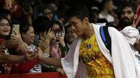 Tunggal putra Indonesia, Jonatan Christie, menyapa suppoter usai mengalahkan tunggal India pada Indonesia Masters 2019 di Istora Senayan, Jakarta, Jumat (25/1). Jonatan lolos ke semifinal. (Bola.com/Yoppy Renato)