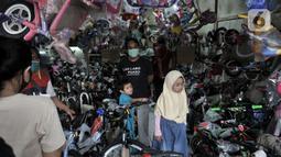 Warga memilih sepeda yang dijual di salah satu toko di Kramat Jati, Jakarta, Minggu (21/6/2020). Dalam sebulan terakhir, penjualan sepeda di Ibu Kota meningkat hingga 50 persen seiring minat dan tren warga yang melonjak menggunakan transportasi gowes itu di masa pandemi. (merdeka.com/Iqbal Nugroho)