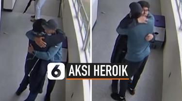 Beredar video detik-detik seorang guru olahraga SMA Parknose, Portland mencoba menenangkan pelaku penembakan dengan cara memeluknya. Pelaku adalah salah satu murid di sekolah tersebut.
