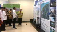 Presiden Jokowi mendapatkan penjelasan tentang maket KEK Tanjung Kelayang, di Bandara Depati Amir, Pangkal Pinang, Babel, Kamis (14/3) pagi. (Foto: Rahmat/Humas Setkab)
